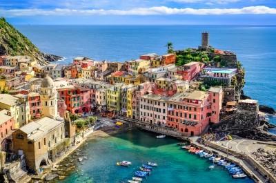 Vinilo Scenic view of ocean and harbor in colorful village Vernazza, Cinque Terre, Italy