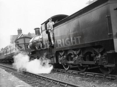 Vinilo Sheffield Park, Inglaterra - alrededor del año 1972 - Una locomotora de vapor tira de un tren de pasajeros en la estación de Parque de Sheffield en el ferrocarril de línea Bluebell conservados.