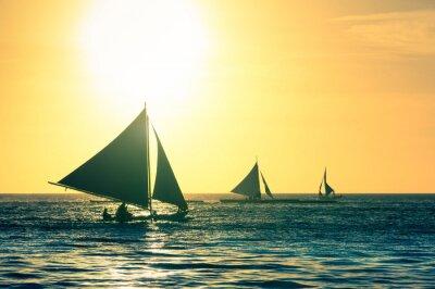 Vinilo Silueta de típicos barcos de vela al atardecer en la isla de Boracay en Filipinas