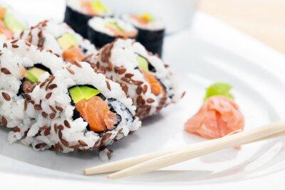 Vinilo Sushi con salmón, aguacate, arroz en algas marinas servido con wasabi y jengibre.