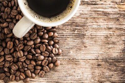 Vinilo Taza de café y los frijoles en una mesa de madera
