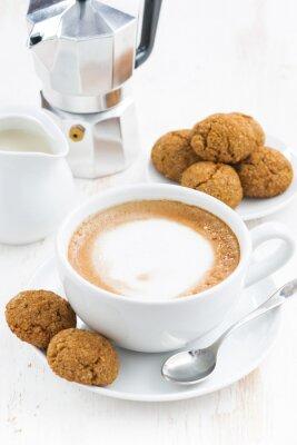 Vinilo Taza de cappuccino y macarrones en mesa de madera blanca
