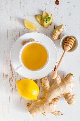 Vinilo Té de jengibre y los ingredientes sobre fondo blanco de madera