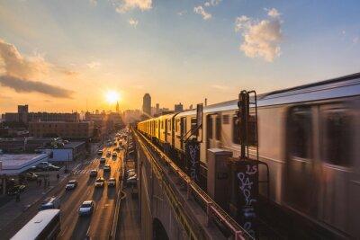 Vinilo Tren de metro en Nueva York en la puesta del sol