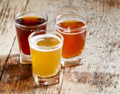 Vinilo Tres tipos de cerveza sobre fondo de madera vieja, enfoque selectivo