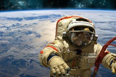 Vinilo Un cosmonauta flota en el espacio. - Elementos de esta imagen proporcionados por la NASA.