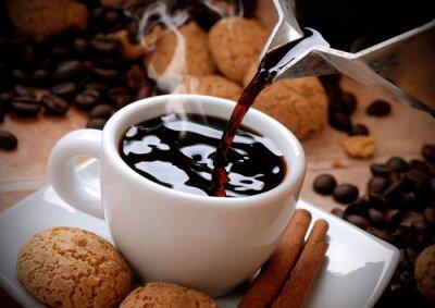 Vinilo Versare il caffè caldo nella tazzina bianca