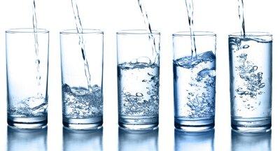 Vinilo verter agua en una colección de vidrio aislado