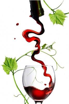 Vinilo Verter el vino tinto en vidrio con vástago aislado en blanco