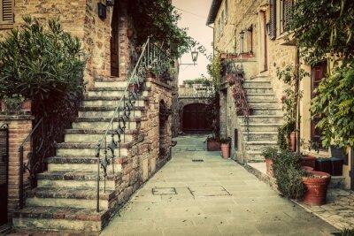 Vinilo Vieja arquitectura medieval encantadora en una ciudad en Toscana, Italia.