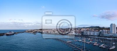 Vinilo vista de la ciudad con el puerto en Ponta Delgada, capital de las Azores en la isla de Sao Miguel