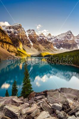 Vinilo Vista del paisaje del lago Moraine y la cordillera al atardecer en las Montañas Rocosas canadienses