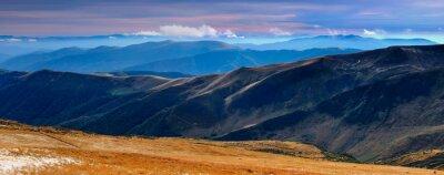 Vinilo Vistas panorámicas de las montañas de otoño y picos cubiertos con la primera nieve al atardecer.