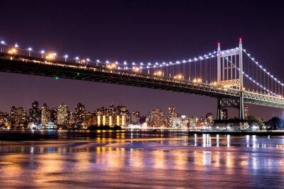 Vinilo Hermosa vista nocturna de la ciudad de Nueva York y la 59 ª calle Ed Koch puente mirando a través de Manhattan.