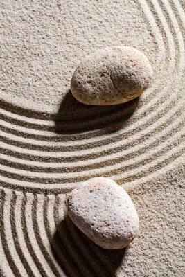 Vinilo Zen sand still-life - dos piedras conjunto a través de líneas de arena para el concepto de la espiritualidad o la serenidad, vista superior